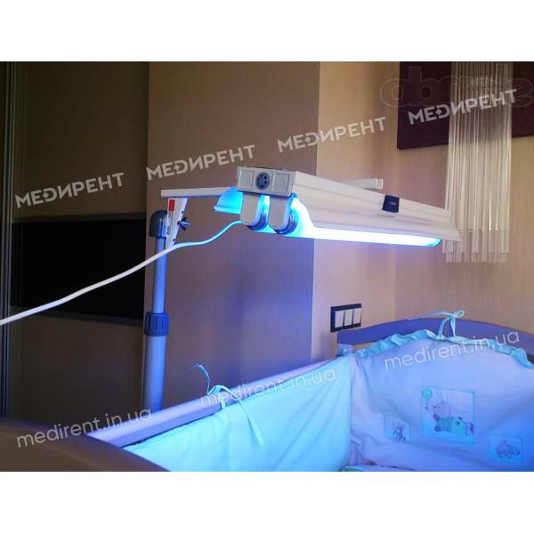 Облучение фотолампой спящего малыша для лечения билирубина в крови
