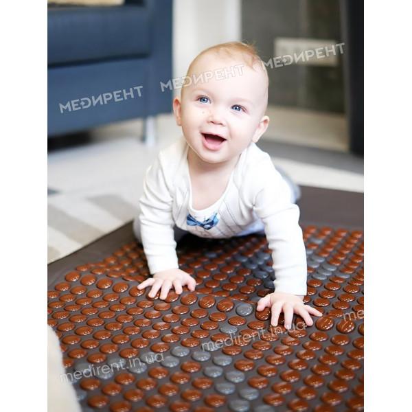 Малыши с удовольствием играют на коврике Нуга Бест