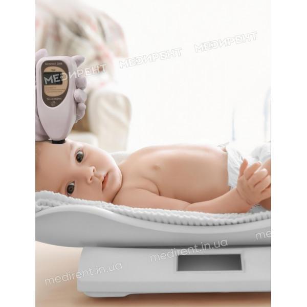 Взвешивание новорожденного на электронных весах и измерение билирубина с помощью Билитеста