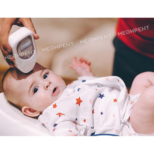 Измерение билирубина с головки новорожденного с помощью Билитеста