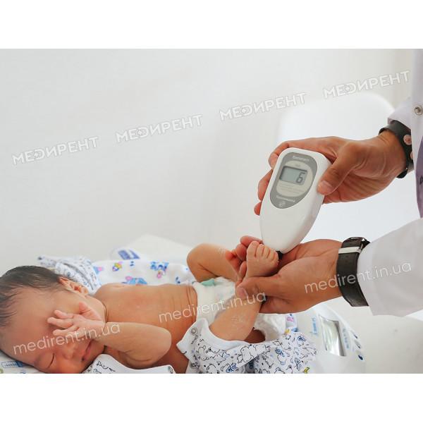 Снятие показателей билирубина с ножки младенца с помощью Билитеста