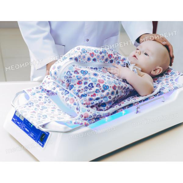 Правильное расположение младенца в лампе лодочке перед фототерапией