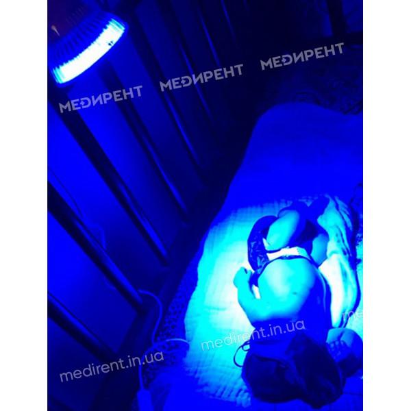 Сеанс фототерапии новорожденного с помощью LED лампы